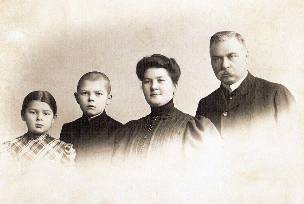 Rodzina Kielmanów, od prawej: Jan, Marianna, młody Wacław i Julia, 1908 r.