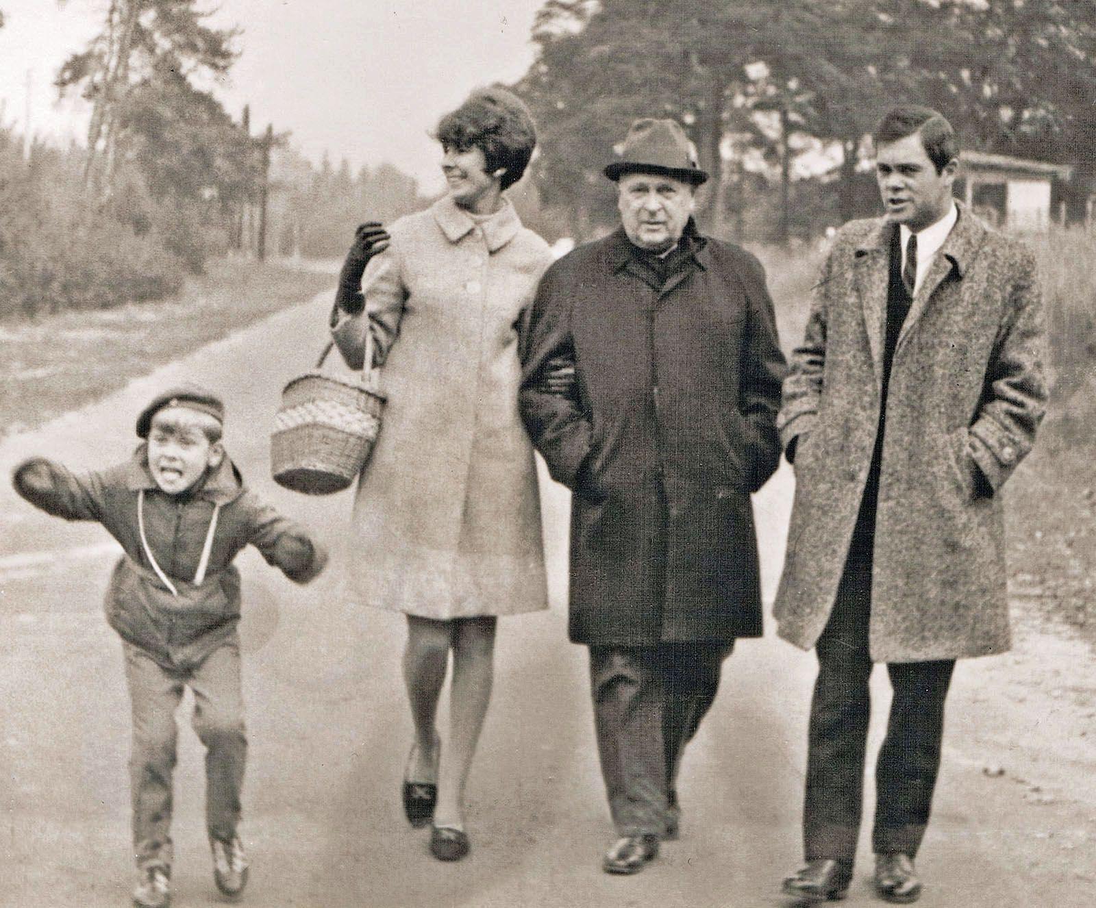 Rodzina Kielmanów, od prawej: Jan II, Wacław, Leokadia i młody Maciej, 1969 r.