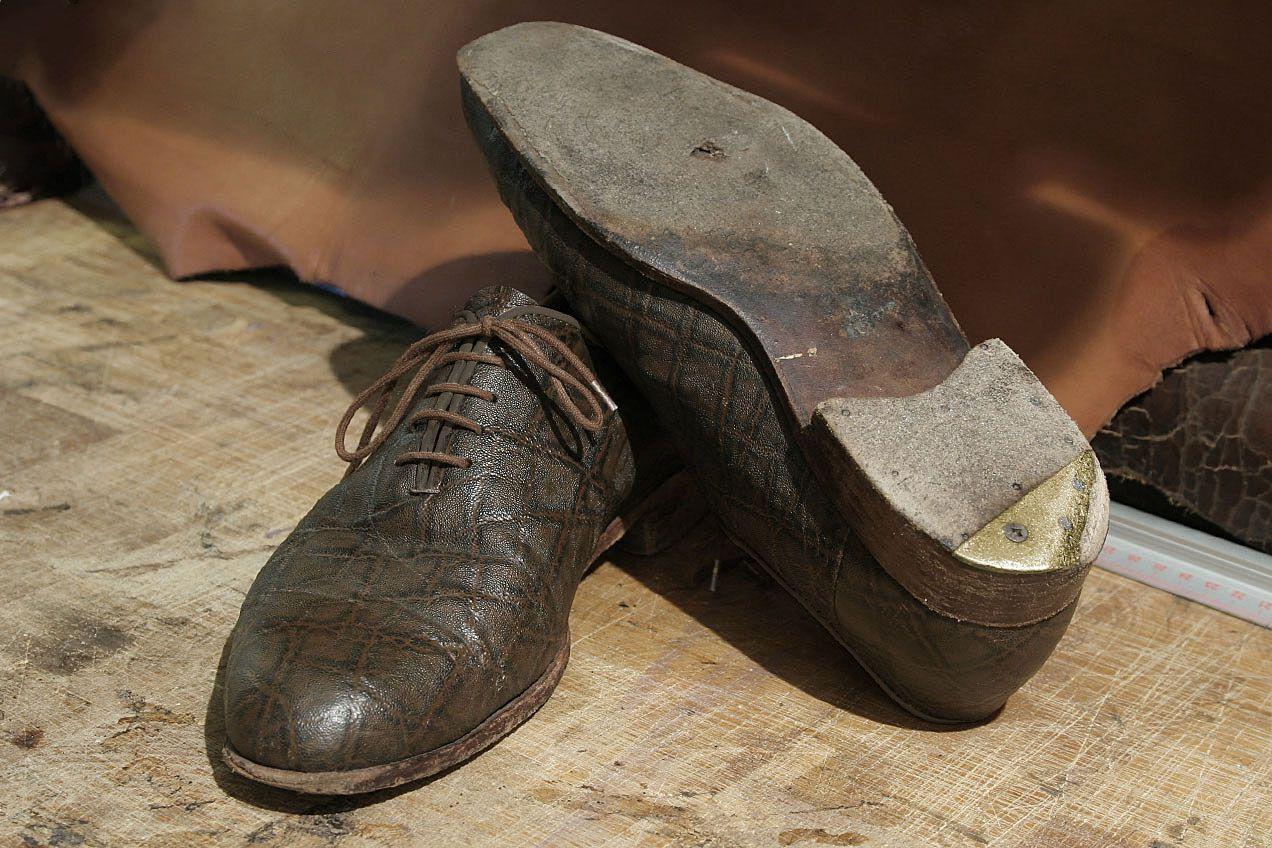 Przed przystąpieniem do pracy buty umieszczane są na właściwych kopytach. Następnie demontujemy z nich żużyte elementy podeszwy i obcasów.
