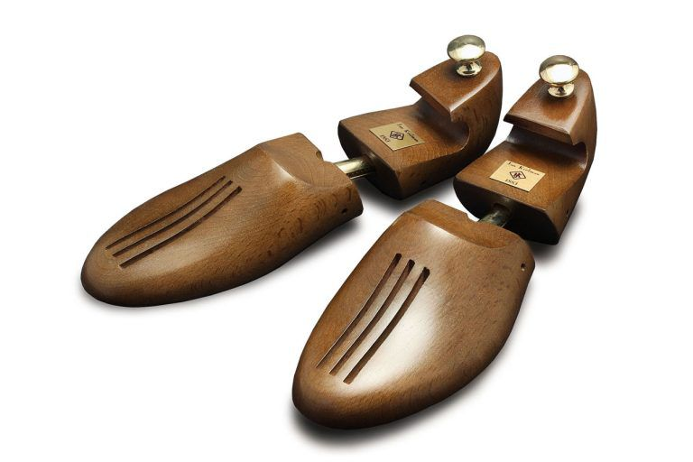 Two-piece shoe trees made of beech – recommended for broader shoes.